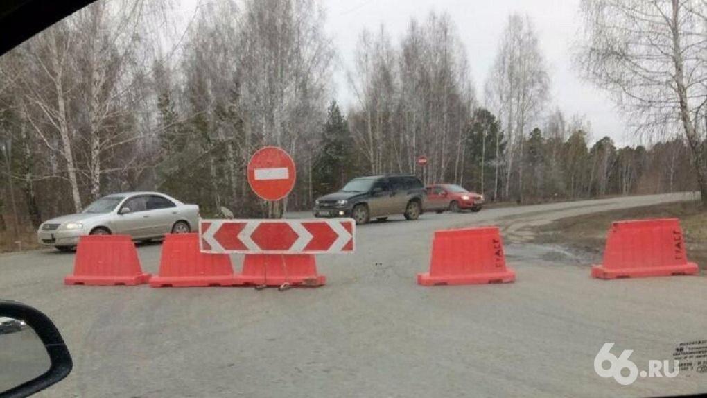 «Проезд закрыли, растут дикие пробки»: ремонт дороги отрезал от Екатеринбурга целый поселок