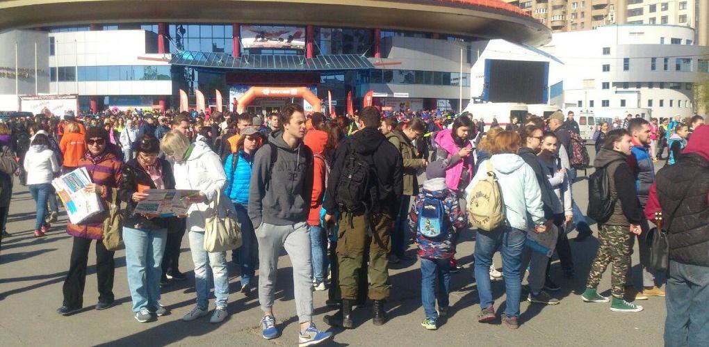 На старте — сотни человек. Участники «Майской прогулки» оккупировали метро