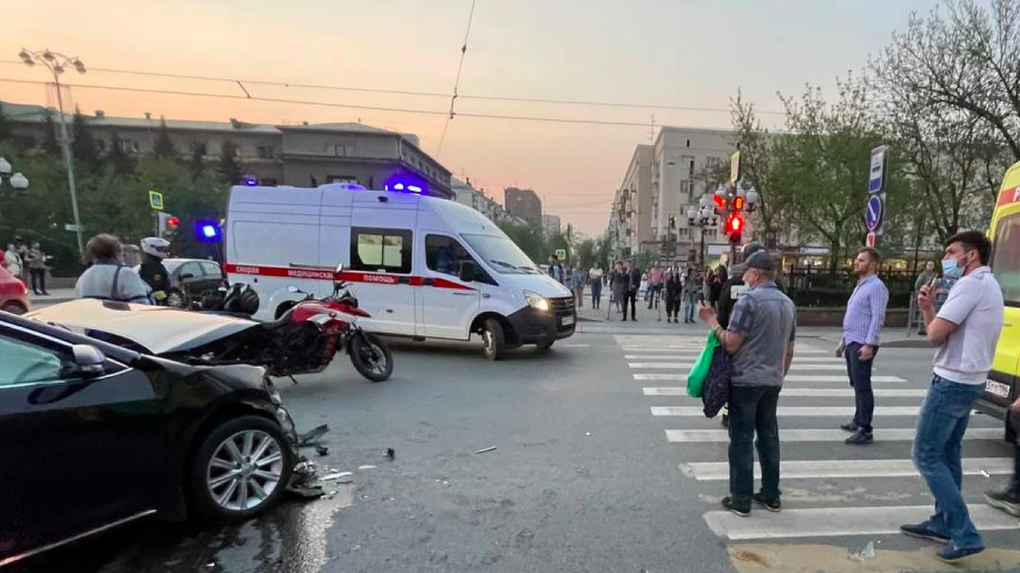 В центре Екатеринбурга автомобиль после ДТП отбросило на тротуар. Пострадали семь пешеходов