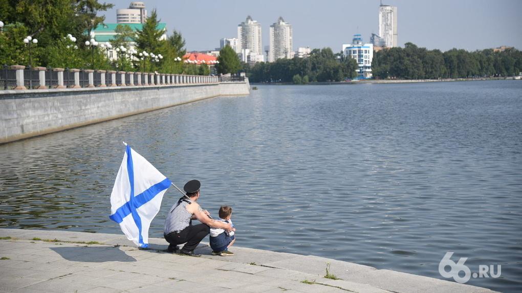 «Разрешения на мероприятия нет»: моряки в Екатеринбурге попытались сломать режим самоизоляции в День ВМФ