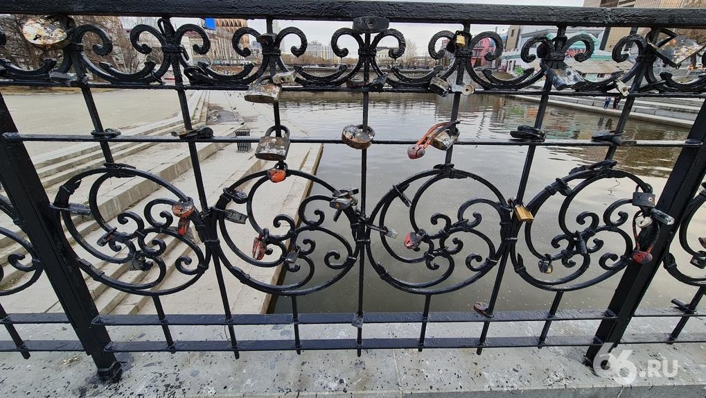 Подрядчик горадминистрации покрасил в черный цвет замки влюбленных на мосту в Историческом сквере. Фото