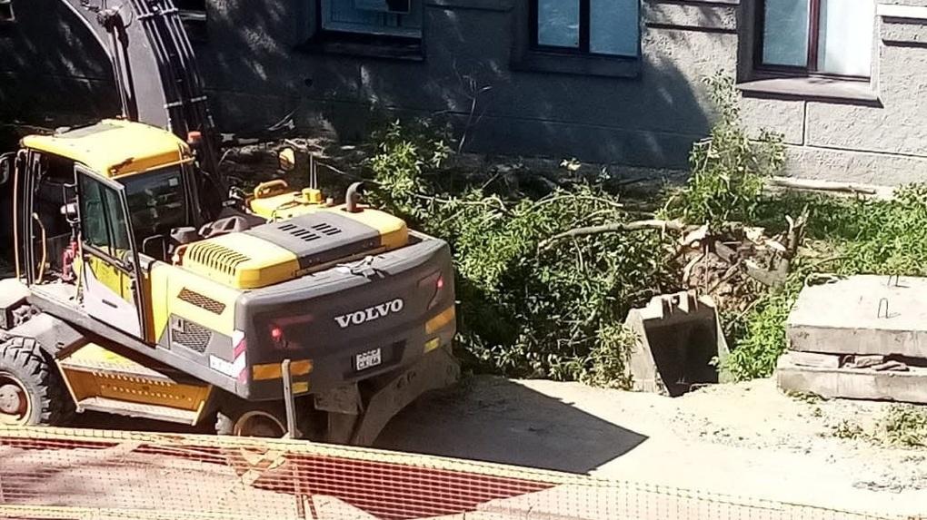 Рабочие экскаватором ломают деревья на Генеральской. Видео