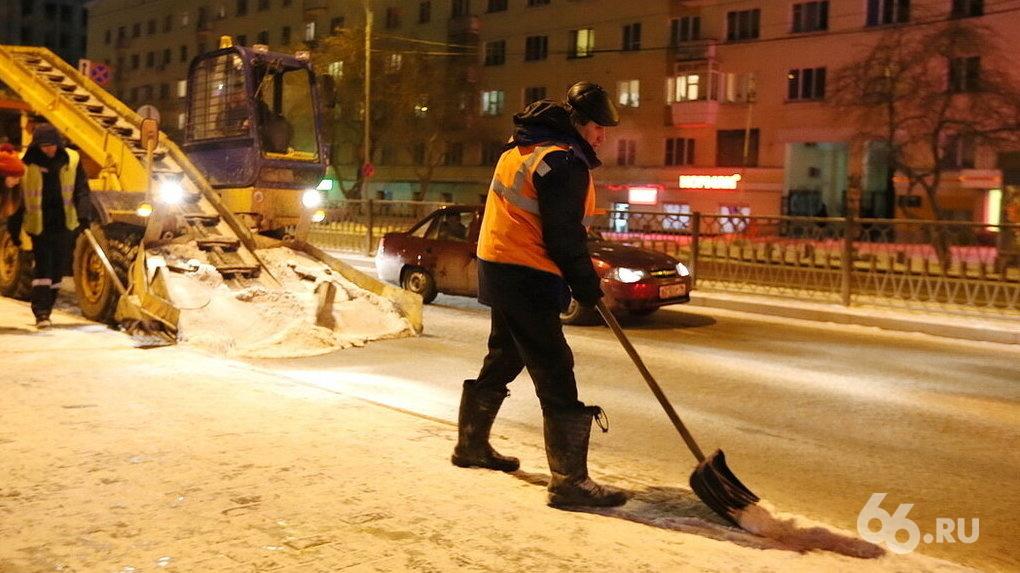 В заваленном снегом Екатеринбурге резко вырос спрос на дворников