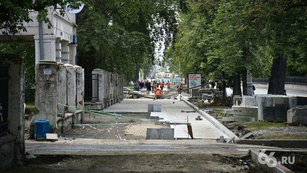 Перекопали и забросили. Тротуары на Ленина превратили в одну большую стройплощадку