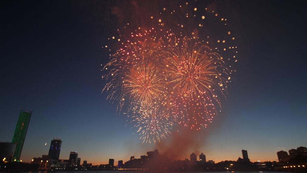 Тысячи горожан собрались в центре Екатеринбурга посмотреть фейерверк. Фоторепортаж