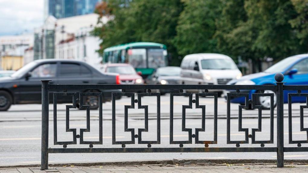 В Екатеринбурге уберут 254 ненужных заборов-трусов, на которые каждый год тратили миллионы из бюджета