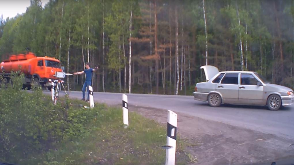 video-sotrudnitsa-pokazivaet-na-kameru-vo-vremya-raboti-pizda-krupnim-planom