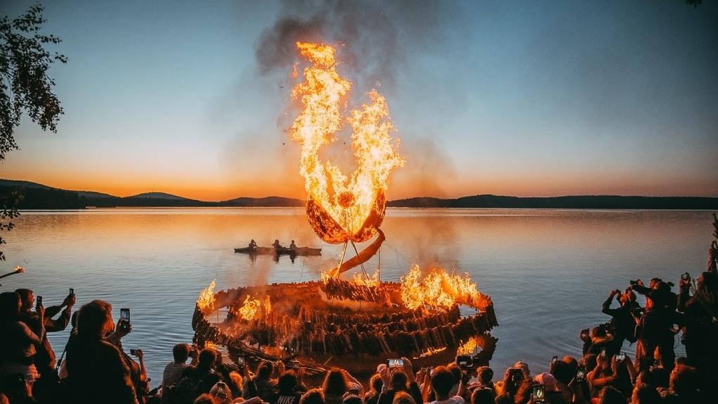 На озере под Екатеринбургом прошел фестиваль скульптур из природных материалов. Фото