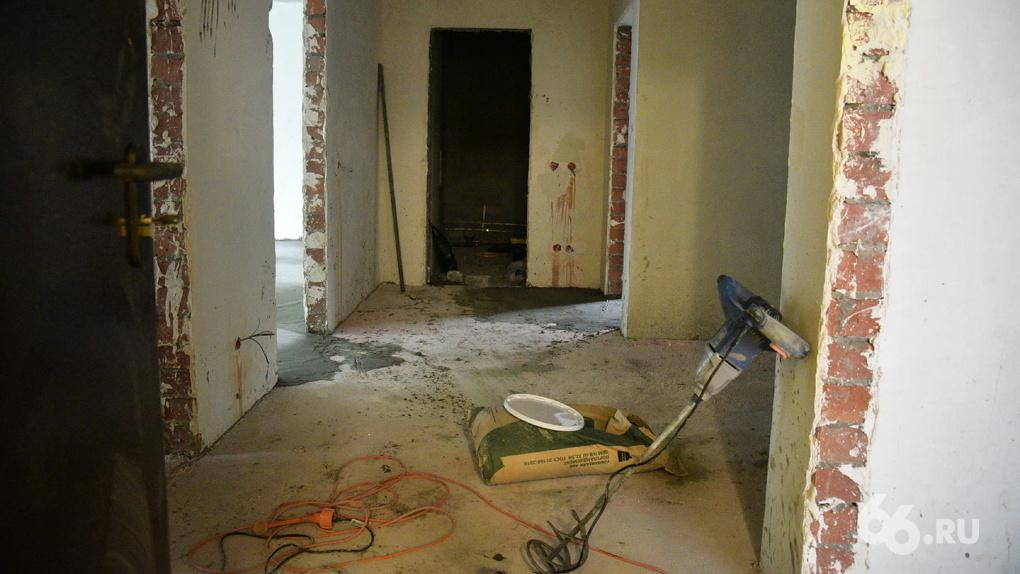 Людям выдают ключи от квартир в «Гринвуде». Фото из недоделанного дома, который минстрой признал готовым
