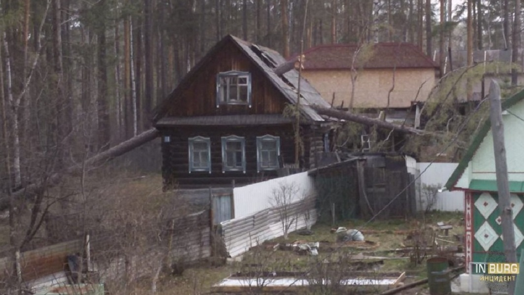 Сорванные вывески и выбитые окна: последствия урагана в Екатеринбурге