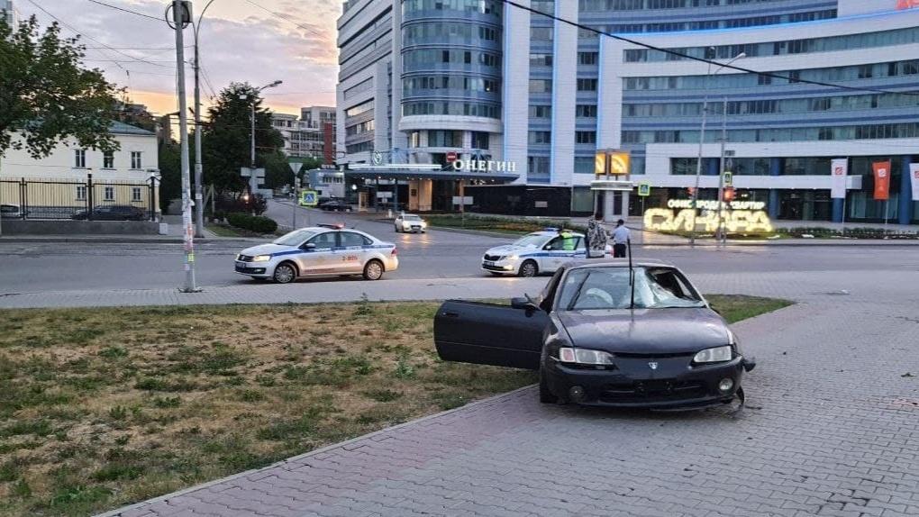 Ночью в центре Екатеринбурга пьяный водитель сбил двух пешеходов