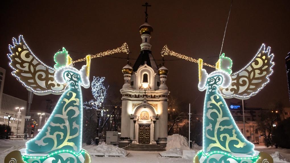 Фигуры ангелов и огромные шары. Фонд святой Екатерины украсил центр города к Новому году