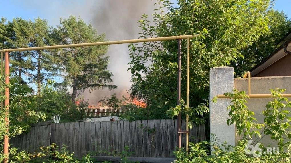 В Сысерти возник пожар на пилораме