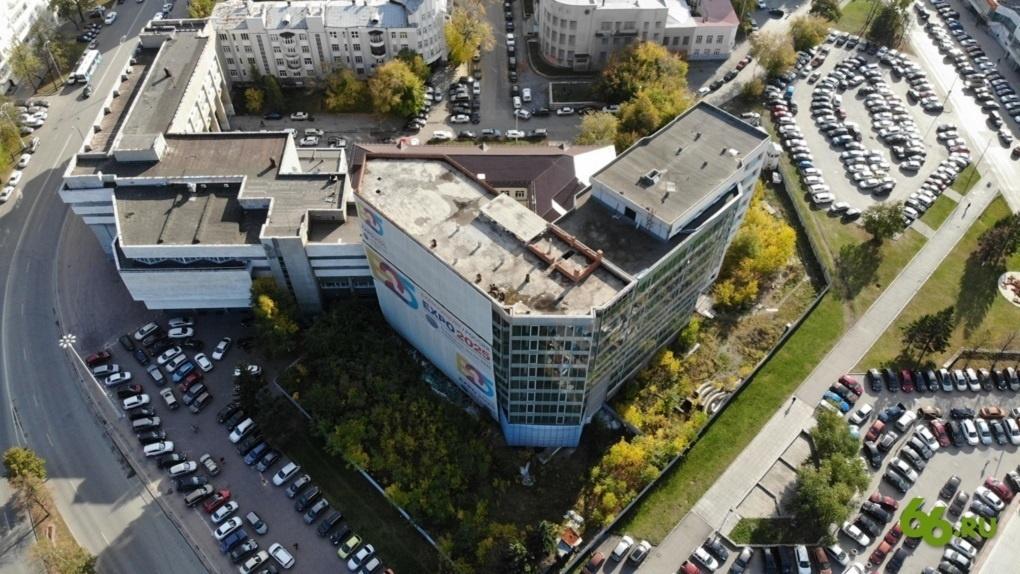 В Екатеринбурге сносят недостроенный офисник около облправительства