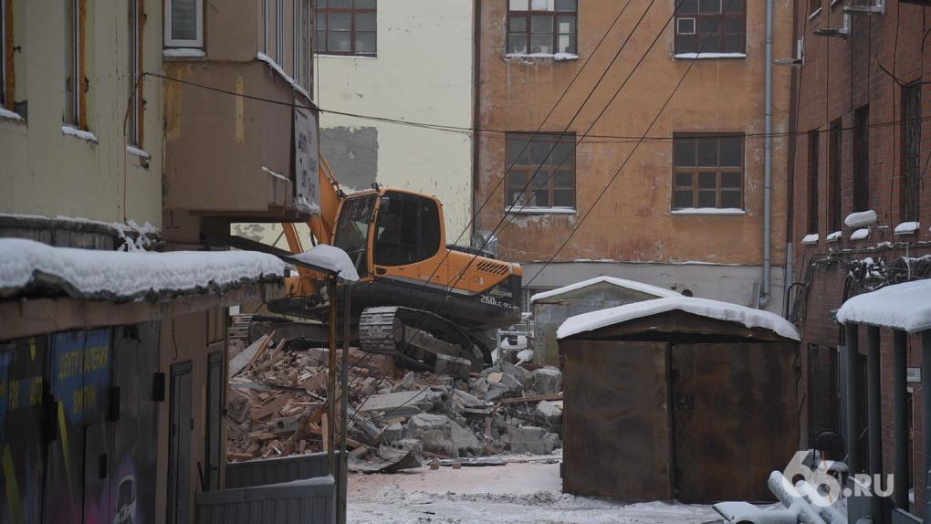 В центре Екатеринбурга сносят здание ПРОМЭКТа. Видео