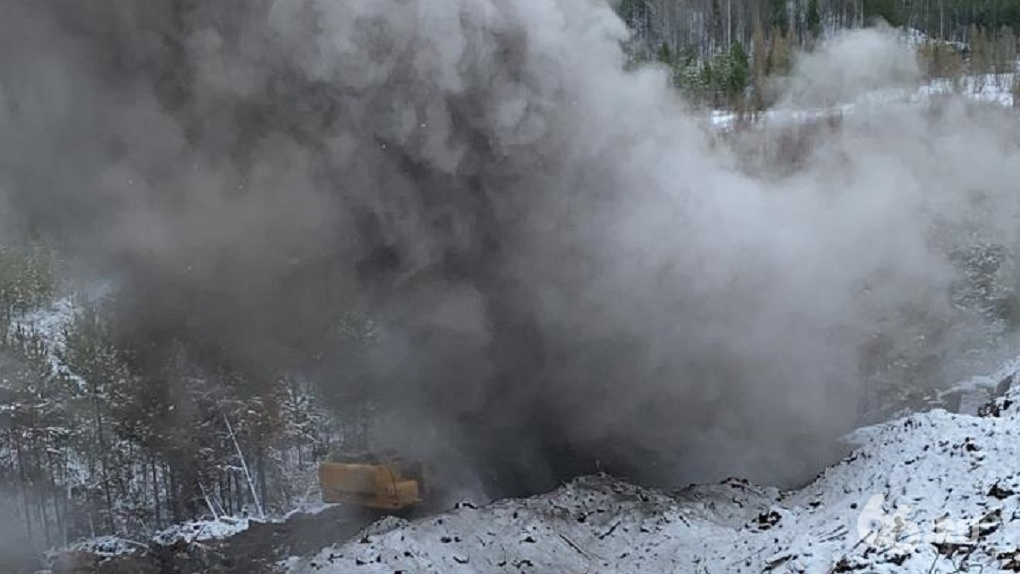Нелегальная ядовитая свалка на Уралмаше оттаяла и снова горит. Фото, видео