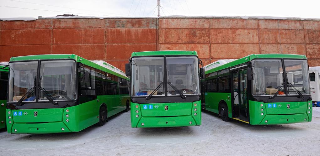 Такие же, но дороже на 3 млн: НефАЗ прислал в Екатеринбург новые низкопольные автобусы