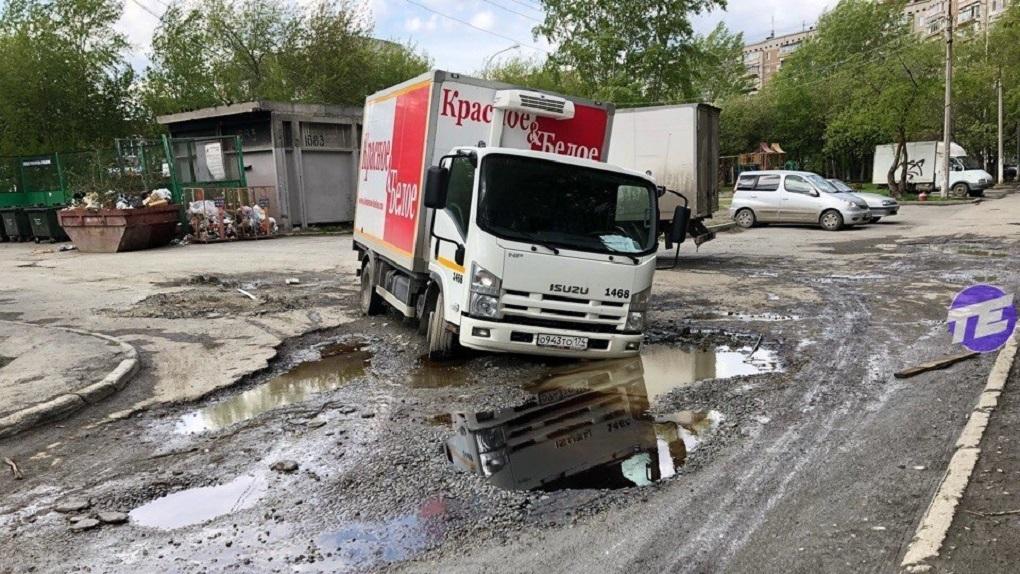 На ЖБИ ушел под землю грузовик с алкоголем. Фото