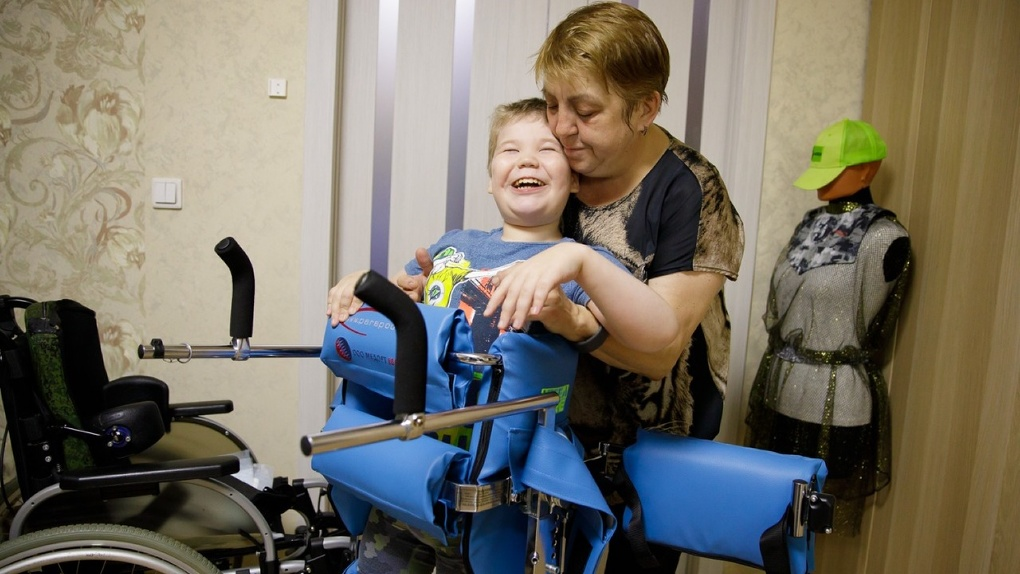 Фонд святой Екатерины купил семье с двумя детьми-инвалидами динамический параподиум