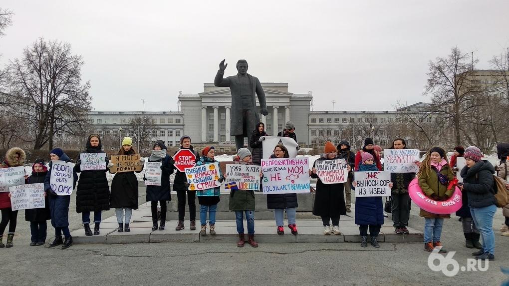 Феминистки потребовали повышения зарплат и возможности публично кормить грудью. Репортаж с площади Кирова