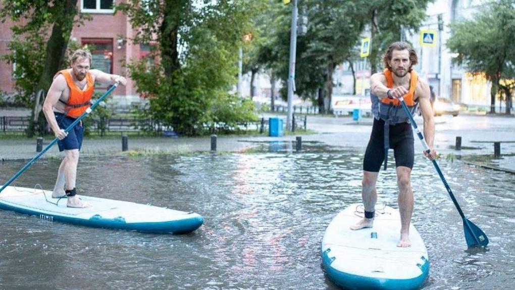 Сапсерферы прокатились на досках по лужам на улицах Екатеринбурга. Безумные фото