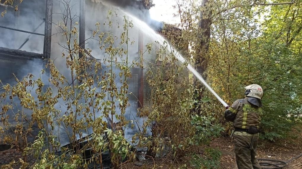 На Эльмаше загорелся жилой дом. Фото