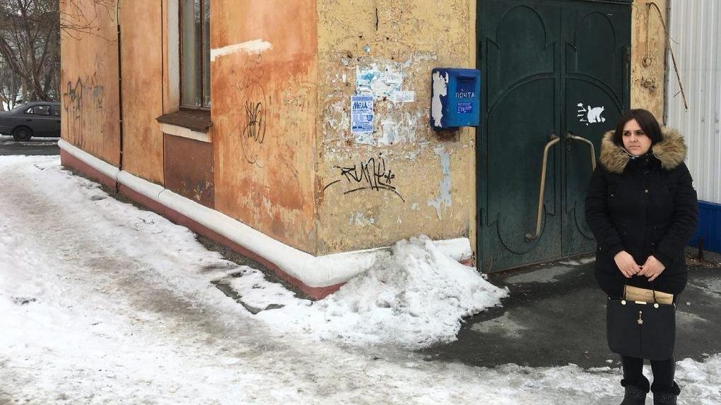 Сирота с тремя детьми живет в разрушенном доме без воды и канализации. Чиновники советуют ей ждать