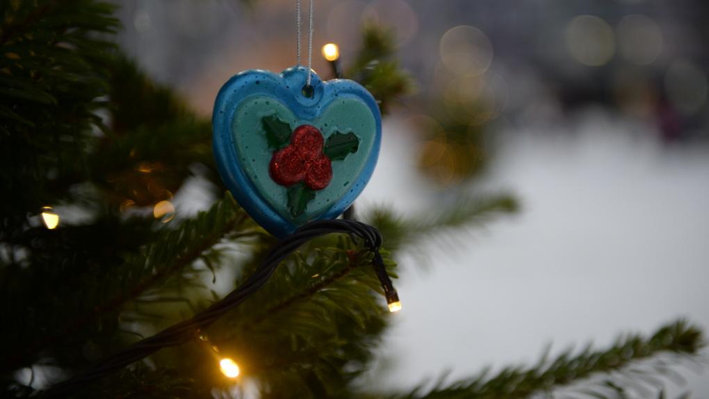 В Екатеринбурге на елях появились сотни новогодних игрушек из вторсырья. Мы знаем, кто их сделал