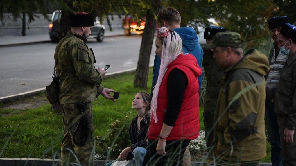 Казачьи патрули пристают к людям на улице, требуют документы и угрожают задержаниями. Это вообще законно?