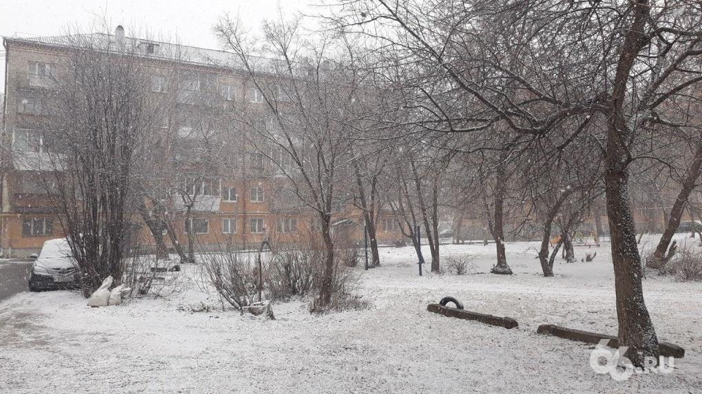 Екатеринбург завалило снегом. Грустные фото