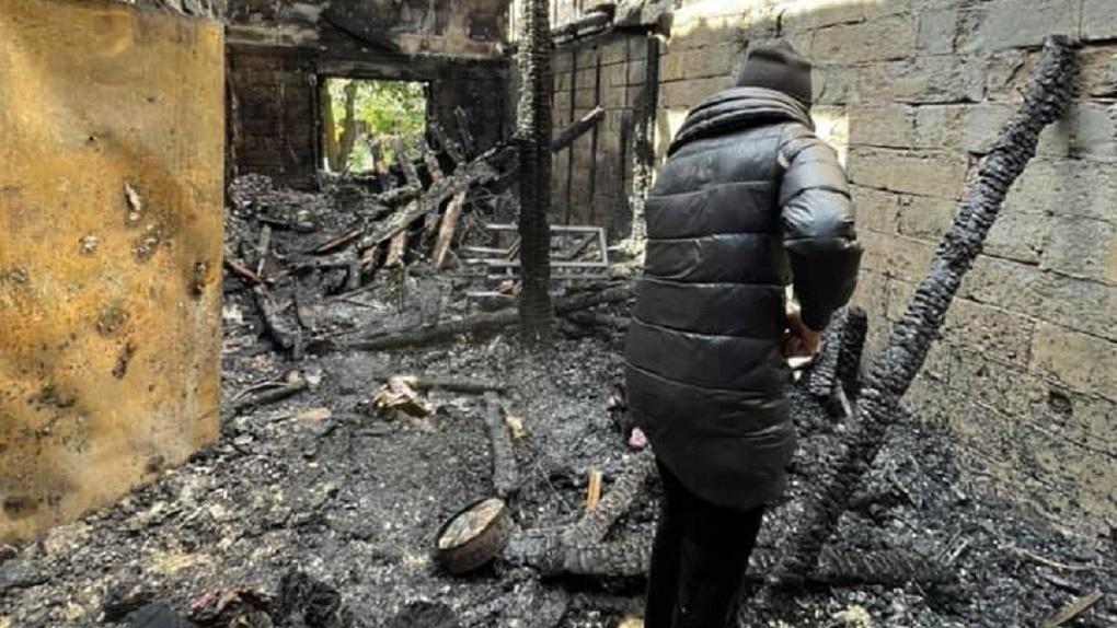Семья художников из Екатеринбурга после пожара осталась без жилья, одежды и картин