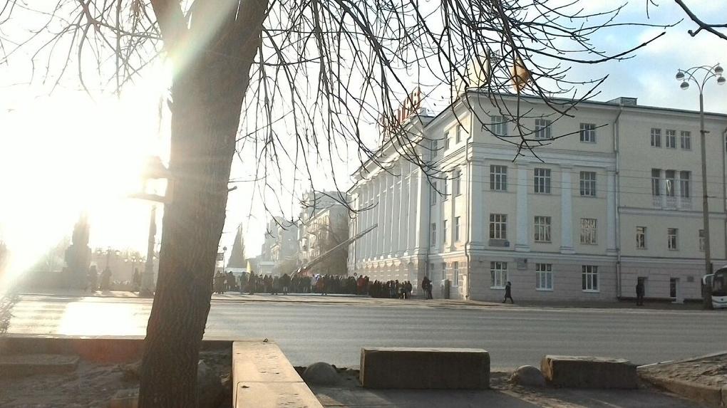 В центре Екатеринбурга эвакуируют колледж Ползунова. Людей вытаскивают из окон