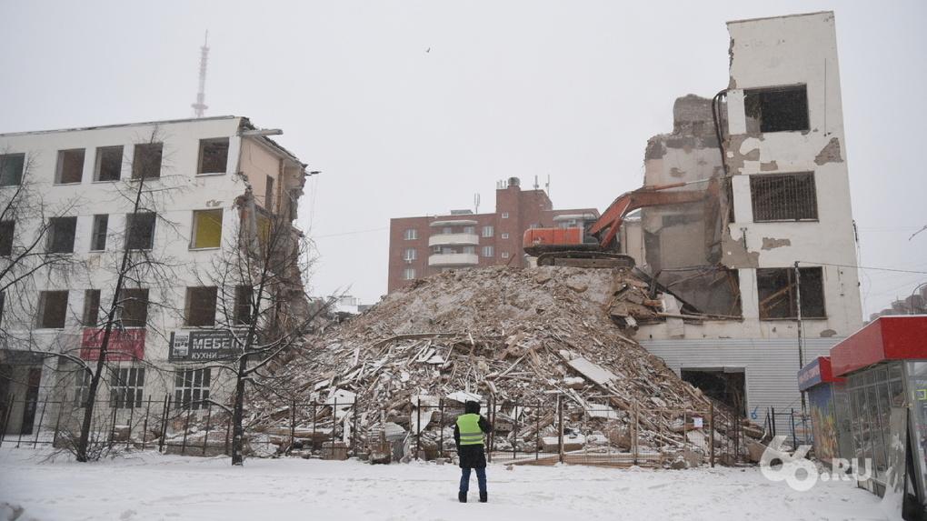 Во время сноса ПРОМЭКТа часть здания обрушилась на дорогу. Видео