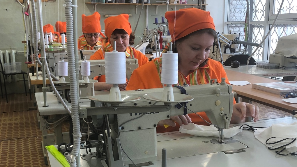 Фабрика в Верхней Пышме 27 лет шила униформу, а теперь производит маски, чтобы покрыть дефицит в регионе