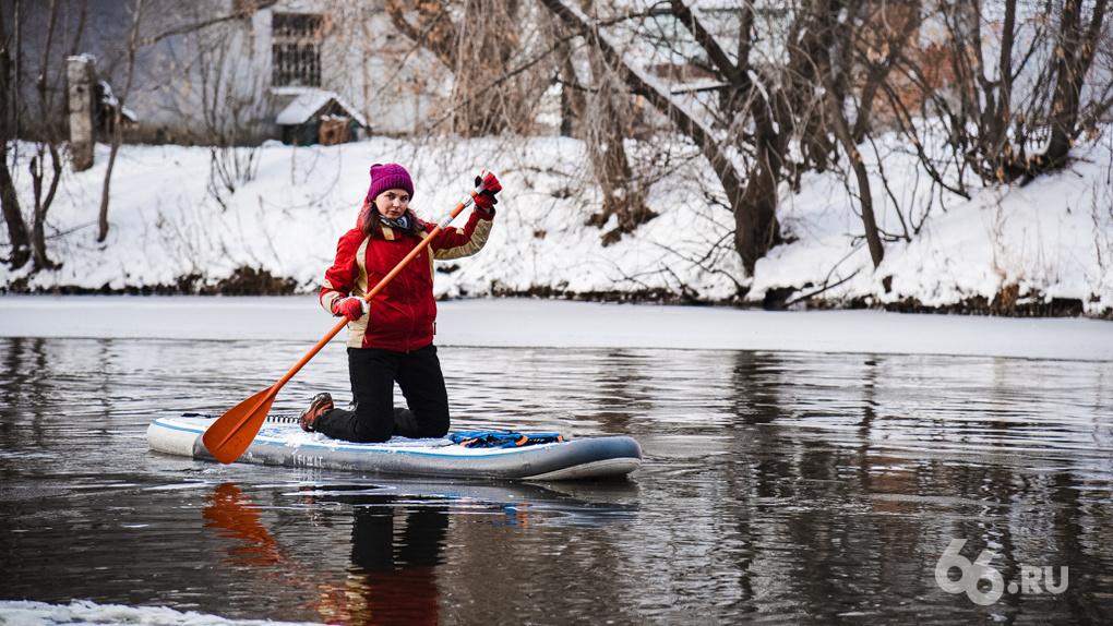 Надувная доска, весло и лед: как я впервые серфила в холодных водах Исети