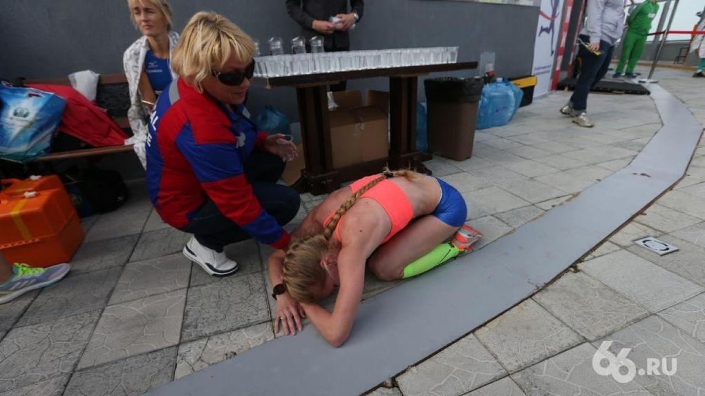 Спортсмены лежат на полу и не могут прийти в себя: фоторепортаж с финиша забега на «Высоцкий»