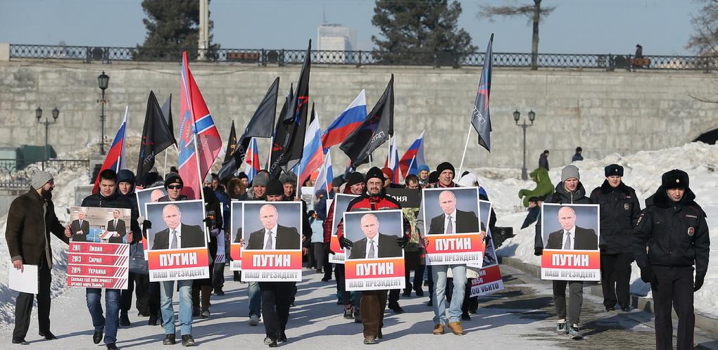 Картинки по запросу демонстрация с портретами Путина