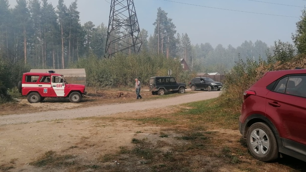 Лесной пожар под Екатеринбургом подошел вплотную к садам. Спасатели эвакуировали людей