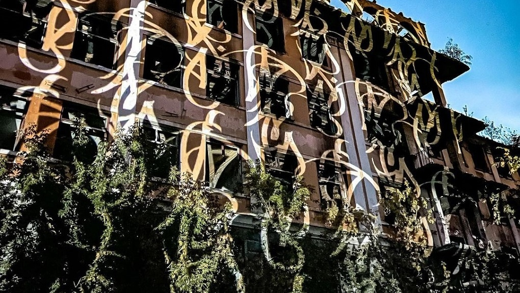 «Место, которое горело уже пять раз»: Покрас Лампас нарисовал языки света на больнице в Зеленой роще