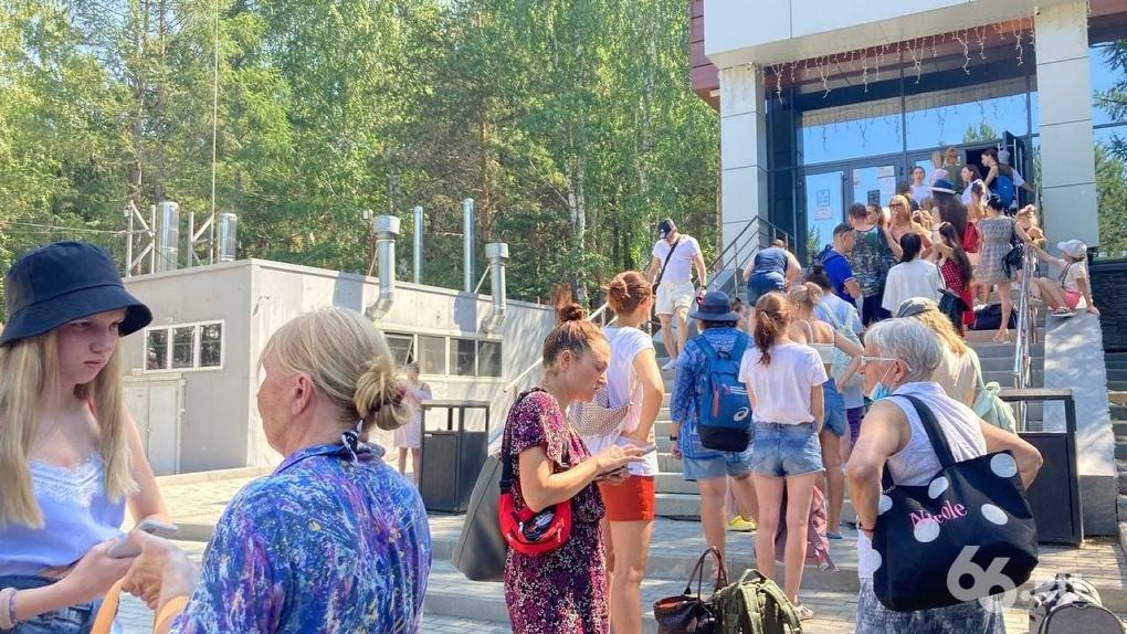 В спа-комплексах Екатеринбурга — давка и очереди. Люди падают в обморок