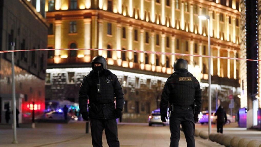 Бывший чоповец час обстреливал силовиков у здания ФСБ. Кто он такой и зачем он это сделал?