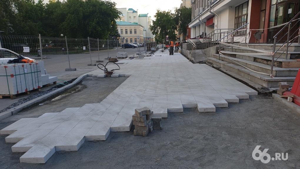 В Екатеринбурге укладывают плитку, которую не надо будет переделывать после зимы. Оказалось, это возможно