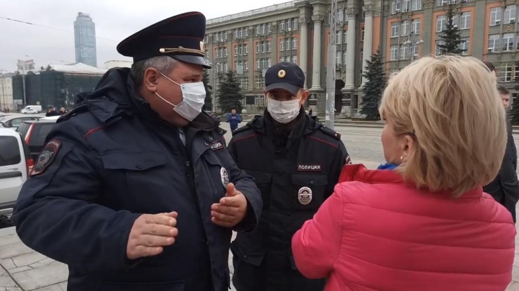 Полицейские снова пришли к точкам сбора подписей за прямые выборы мэра и потребовали убрать все баннеры