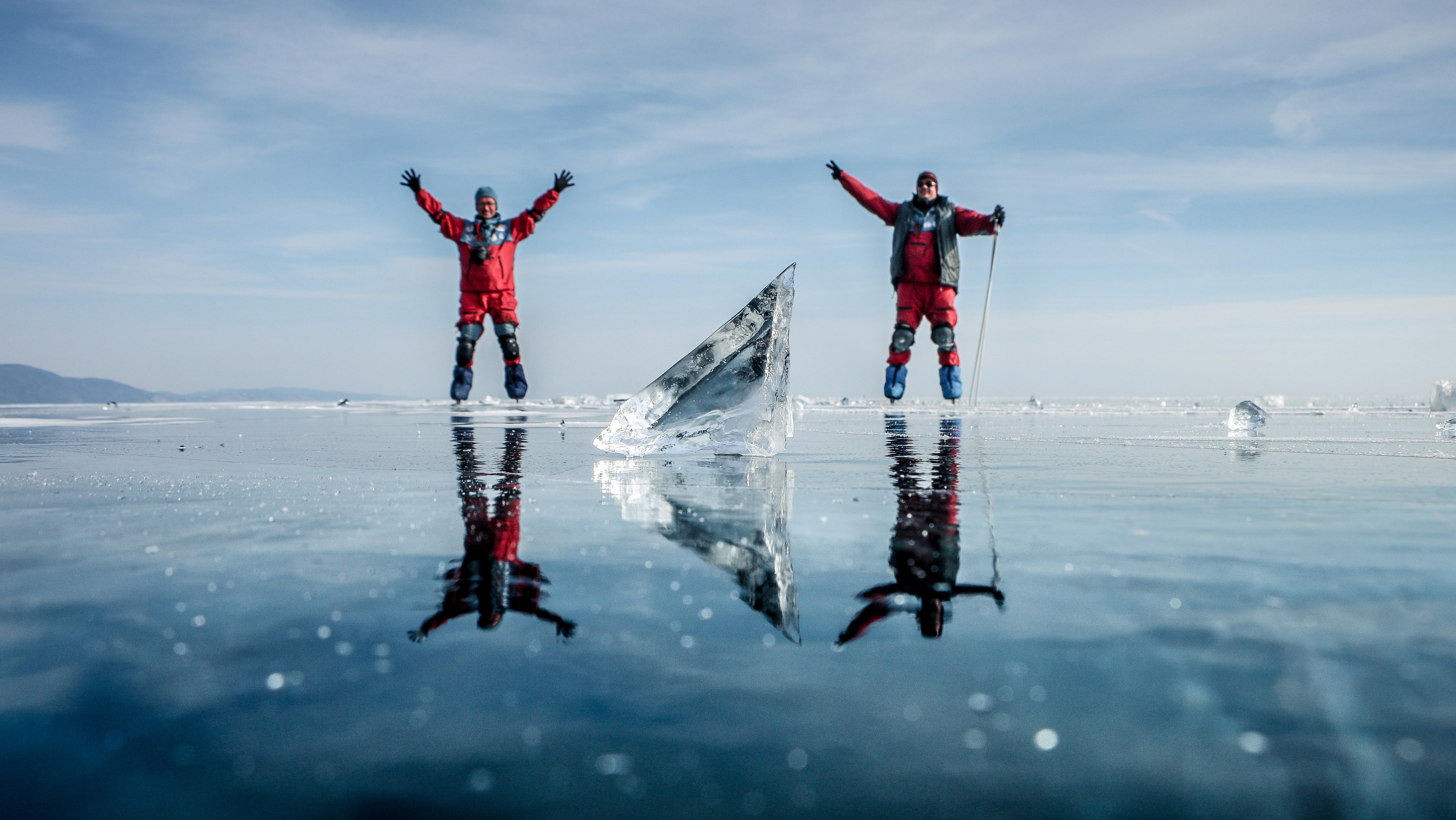 У нас есть коньки, парашюты и пара недель. История удивительного путешествия по льду Байкала