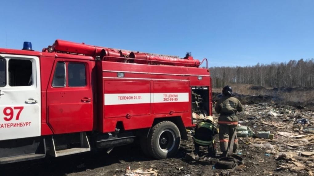 Несанкционированную свалку в поселке Шабровском не могут потушить уже третий день