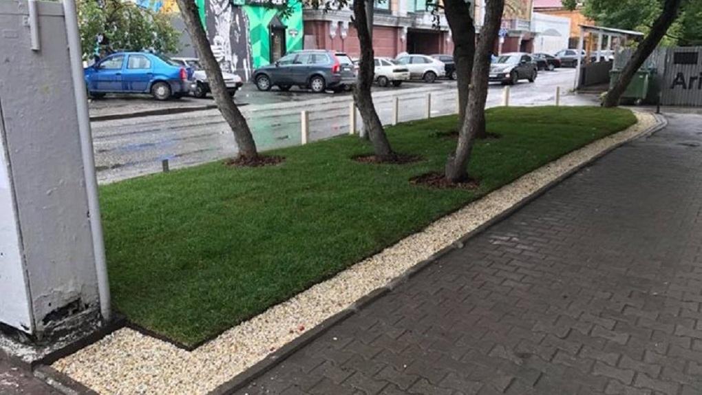 В Екатеринбурге построили первый экспериментальный газон с защитой от грязи. Фото