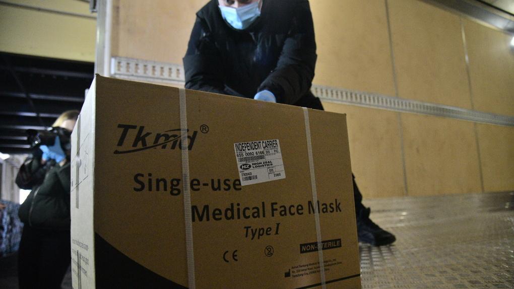 В Екатеринбург доставили 27 тонн медицинской защиты. Их отправят в больницы Екатеринбурга и Челябинска