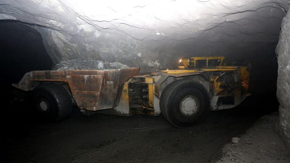 «В этих серых камнях — два десятка ценных минералов». Как добывают медь в самой глубокой шахте Европы