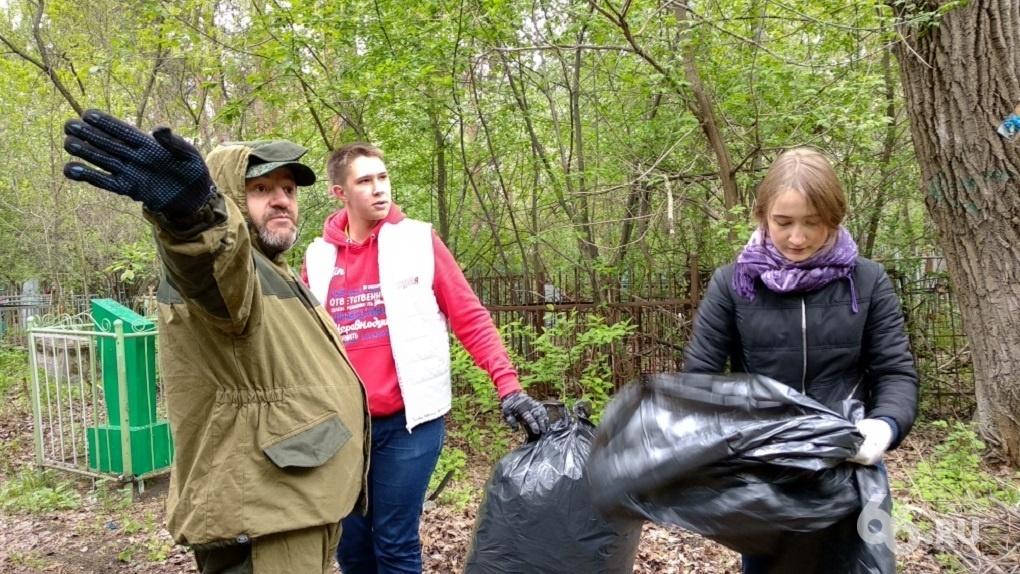 Евгений Маленкин привел 30 человек прибирать кладбище. Фоторепортаж
