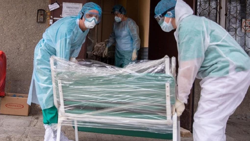 «Везде толпы, большинству приходится ждать приема на ногах»: депутат подарил больнице на Уралмаше мебель